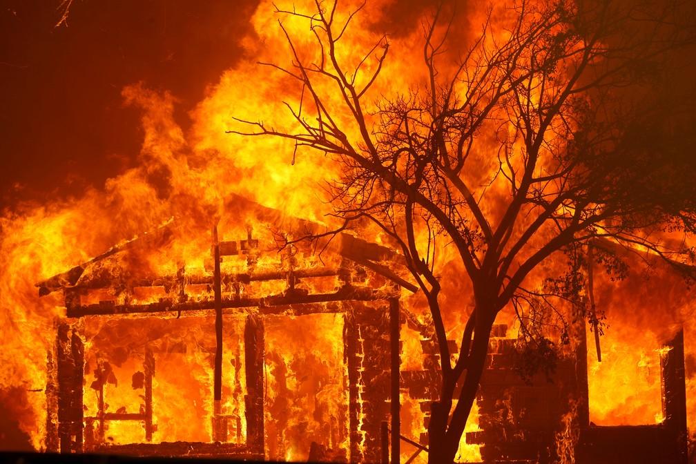 Casa em chamas na cidade de Vacaville, na Califórnia, em 19 de agosto de 2020 — Foto: Stephen Lam/Reuters