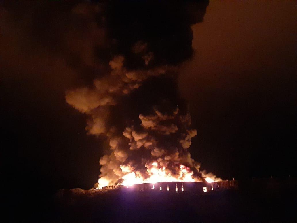 Bombeiros combatem incêndio em fábrica na AMG-440, entre Barroso e Dores de Campos