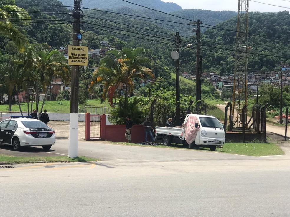 Corpos são deixados em caçamba de caminhão no Frade, em Angra dos Reis — Foto: TV Rio Sul
