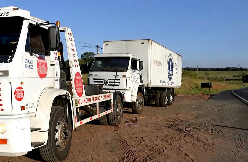 Motoristas com problemas precisam recorrer a empresas particulares que fazem serviço de guincho (Foto: Reprodução / TV TEM)
