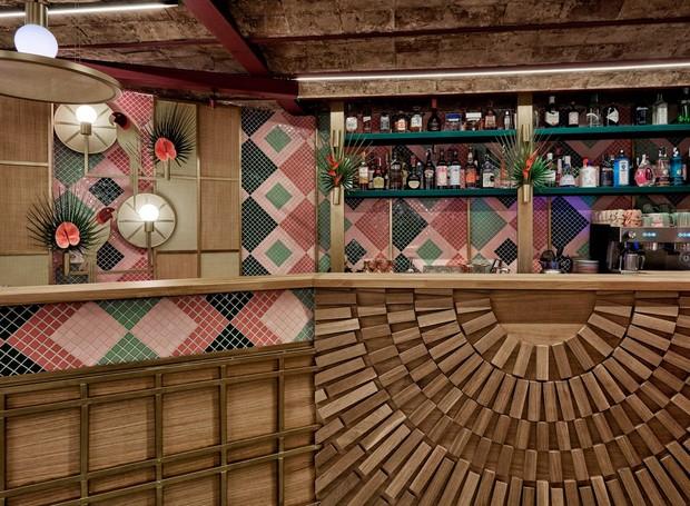 O bar é formado por desenhos de madeira e mosaicos (Foto: Luis Beltran/ Dezeen/ Reprodução)