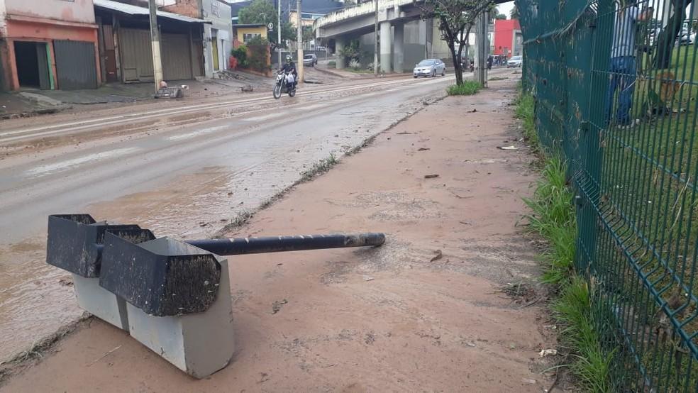 Chuva causou transtornos na região da Avenida Vilarinho — Foto: Elton Lopes/TV Globo
