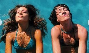 Valentina e Cynthia Benini na piscina da mansão. A menina é fruto da relação da jornalista com André Gonçalves | Reprodução