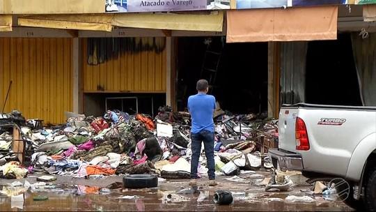 Incêndio na linha de fronteira de MS com o Paraguai destrói 8 boxes; suspeita é de curto-circuito