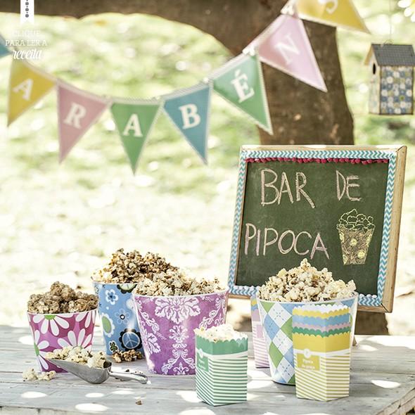 Na festa, que tal uma mesa só com baldes de pipoca de vários sabores?