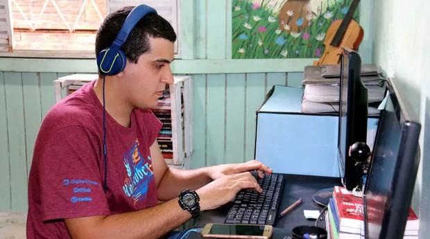 Enieber Cunha trabalha de casa, em Sinop (MT), para uma fintech de Porto Alegre: sua seleção foi feita via fórum digital  (Foto: Estadão Conteúdo)