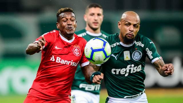 Edenilson disputa lance com Felipe Melo