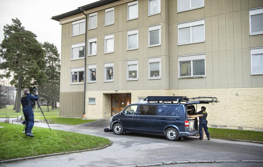 Operação policial em apartamento na região metropolitana de Estocolmo depois que homem preso por quase 30 anos por sua mãe foi encontrado, em foto de 1º de dezembro de 2020 — Foto: Claudio Brasciani /TT News Agency/AFP
