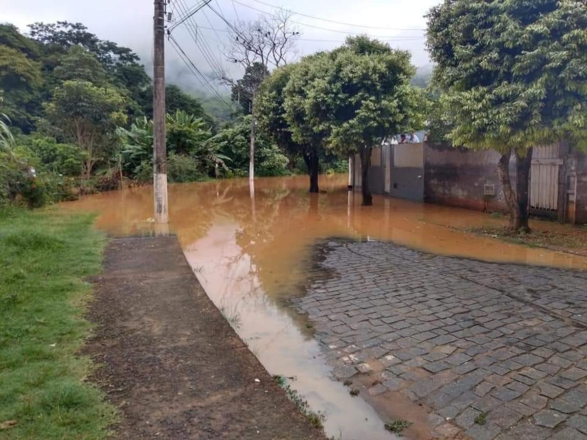 Nível de rio sobe após chuva em MG e cidades do Noroeste Fluminense ficam alagadas