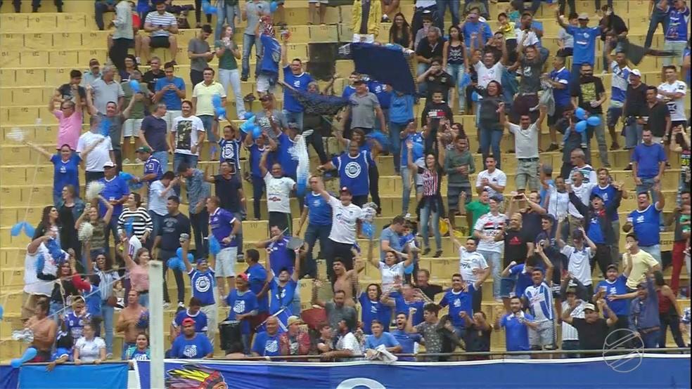 Torcida do Azulão compareceu em bom número ao Morenão para acompanhar a partida e festejou muito a vitória — Foto: Reprodução/TV Morena