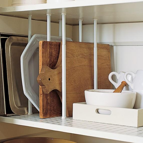 Nada de empilhar bandejas e tábuas: dispostas na vertical, as peças ficam mais acessíveis (Foto: Pinterest/Reprodução)