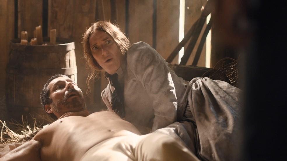 Tonico (Alexandre Nero) e Jerusa (Carolina Ferman) são pegos no flagra em 'Nos Tempos do Imperador' — Foto: Globo