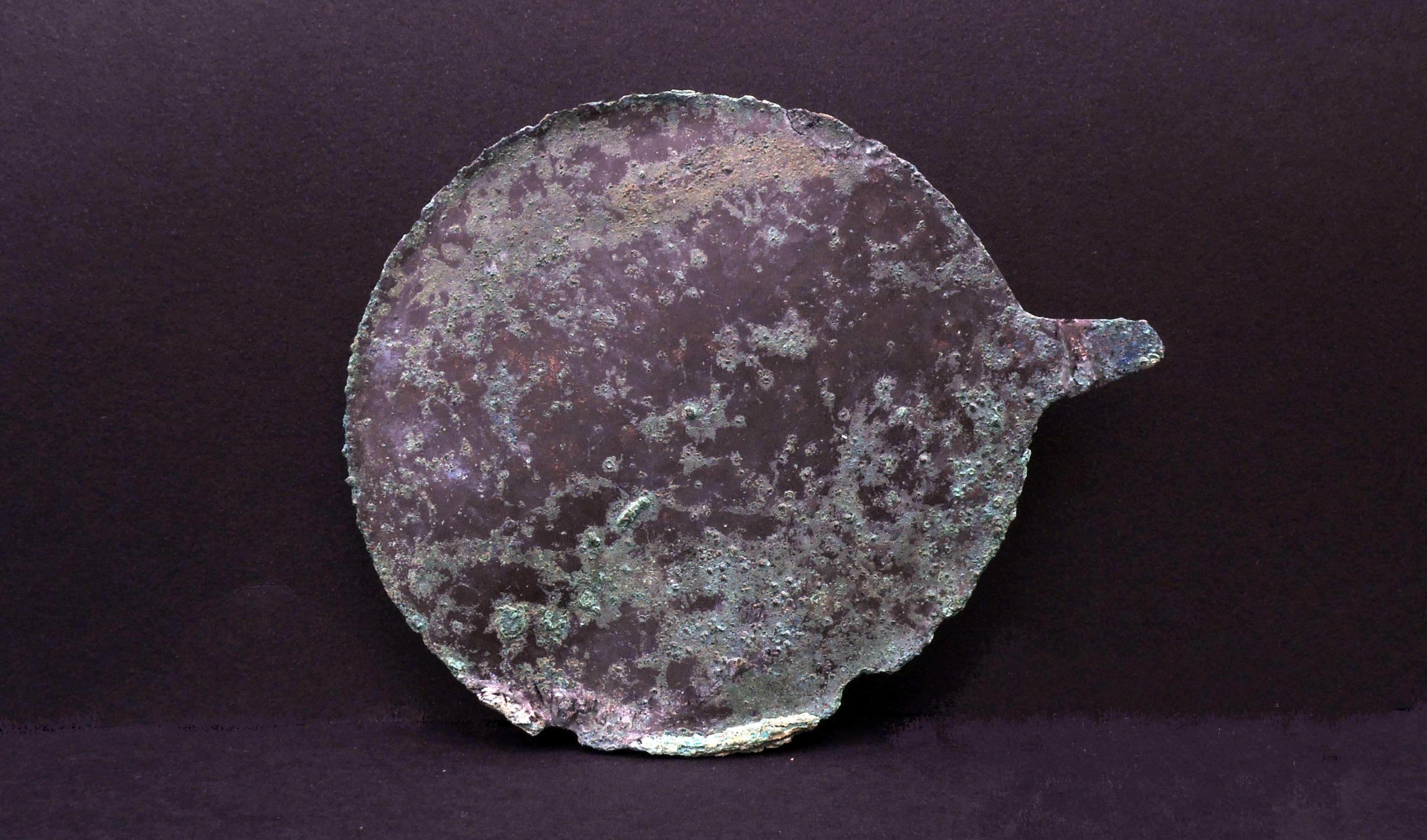 Artefato de metal encontrado no sítio arqueológico (Foto: S OPRINTENDENZA SPECIALE DI ROMA)