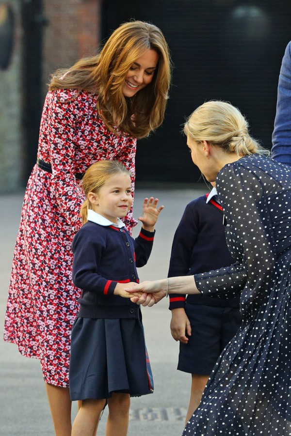 LONDON, UNITED KINGDOM - SEPTEMBER 5: Helen Haslem, head of the lower school greets Princess Charlotte as she arrives for her first day of school, with her brother Prince George and her parents the Duke and Duchess of Cambridge, at Thomas's Battersea in L (Foto: Getty Images)