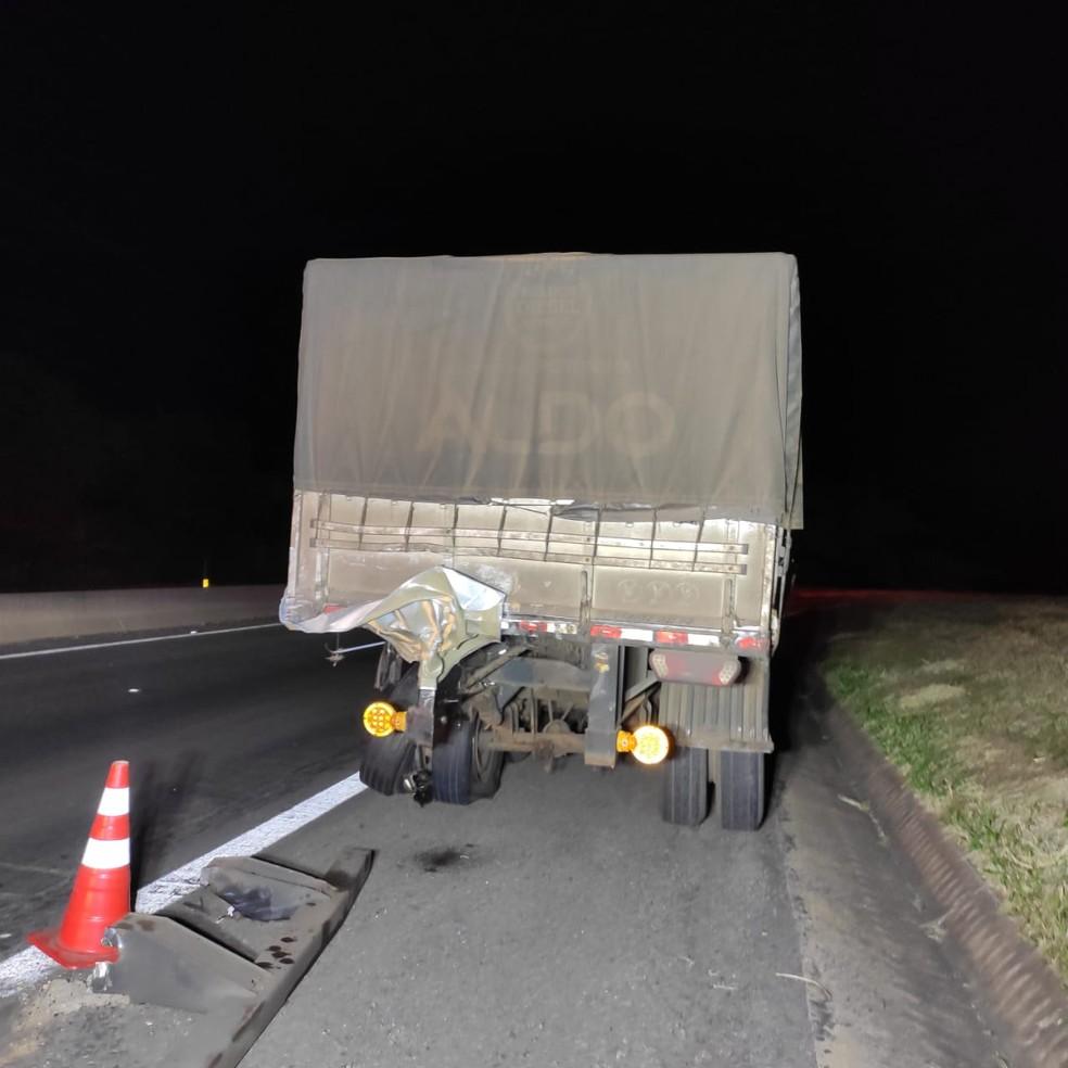 Caminhonete bateu na traseira do caminhão — Foto: Polícia Rodoviária