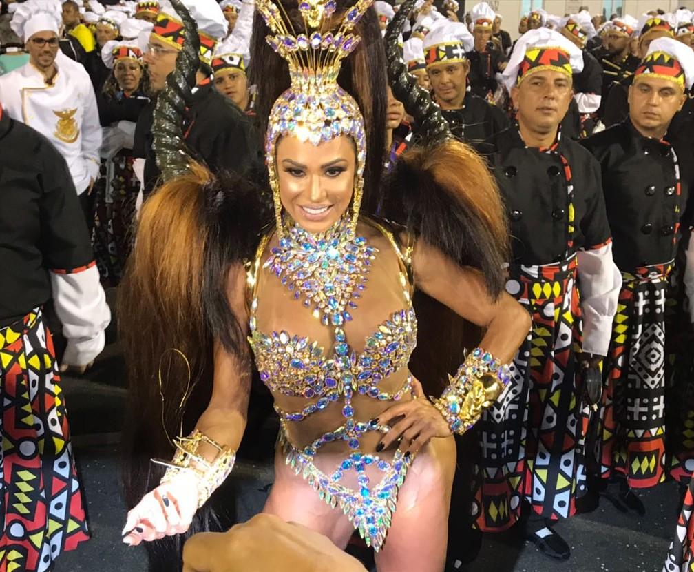 Gracyanne Barbosa vem à frente dos ritmistas da União da Ilha (Foto: Gabriel Castelo Branco / G1)