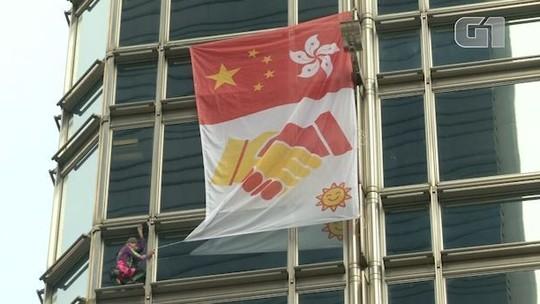 Homem-Aranha francês coloca bandeira da paz em prédio de Hong Kong