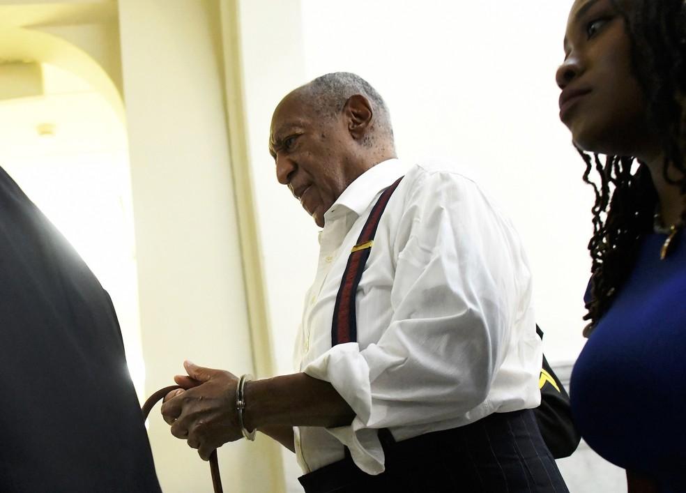 Bill Cosby sai algemado após ser condenado por agressões sexuais nesta terça-feira (25) — Foto: Mark Makela/Pool Photo via AP