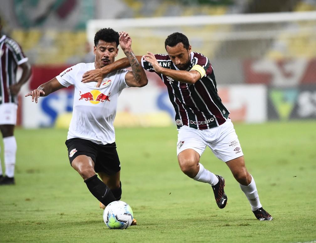 Nenê e Lucas Evangelista em disputa na partida entre Fluminense e Bragantino — Foto: André Durão