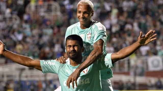 Thiago Santos comemora o gol do Palmeiras