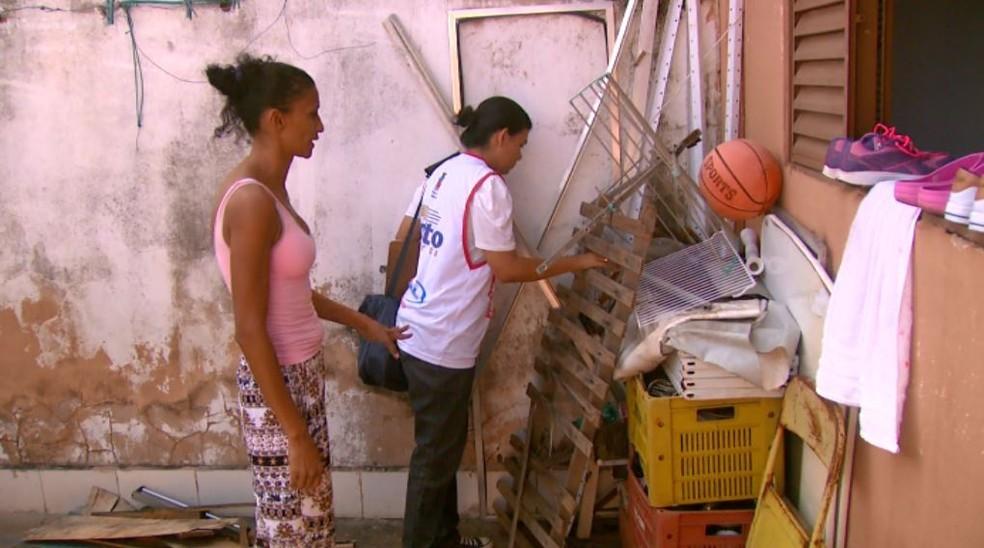 Agentes fazem vistorias nas casas de Porto Ferreira (Foto: Rodrigo Sargaço/ EPTV)