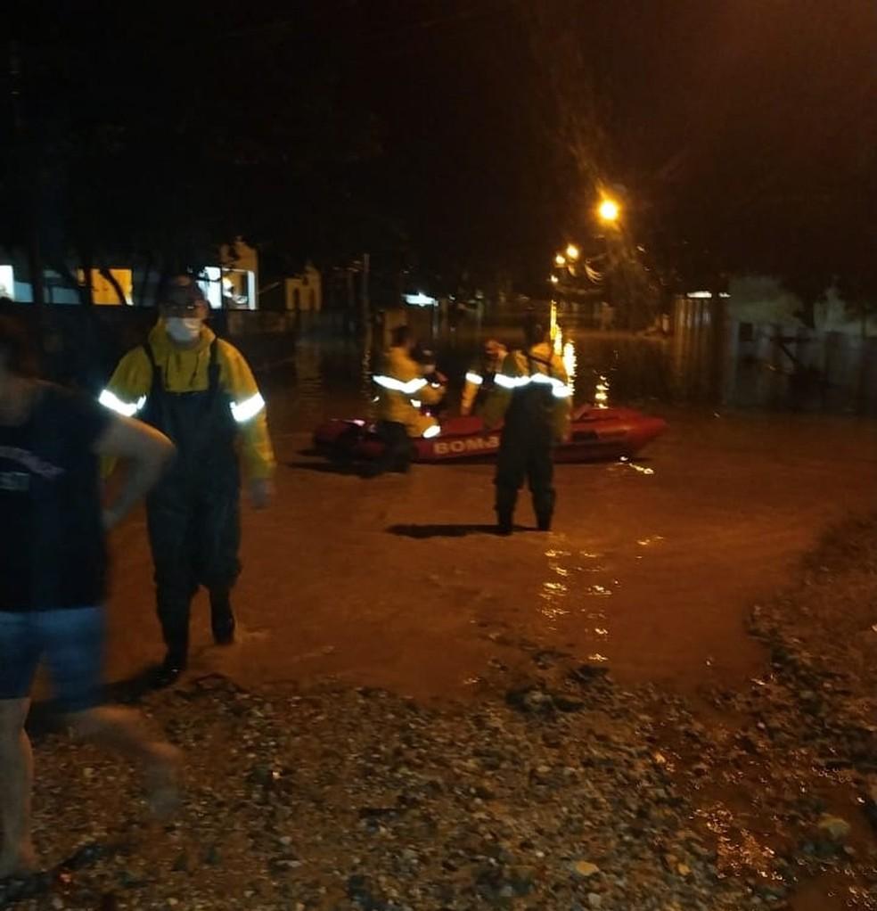 Equipes dos bombeiros e Defesa Civil trabalham para retirar pessoas ilhadas em Brusque — Foto: Corpo de Bombeiros/ Divulgação