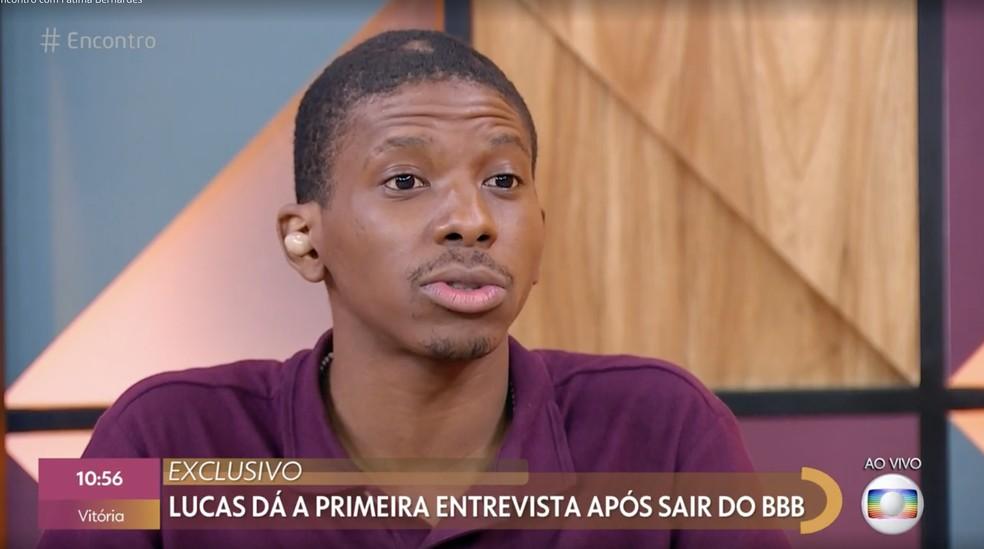 Lucas Penteado, do 'BBB21', fala com Fátima Bernardes no 'Encontro' — Foto: Globo