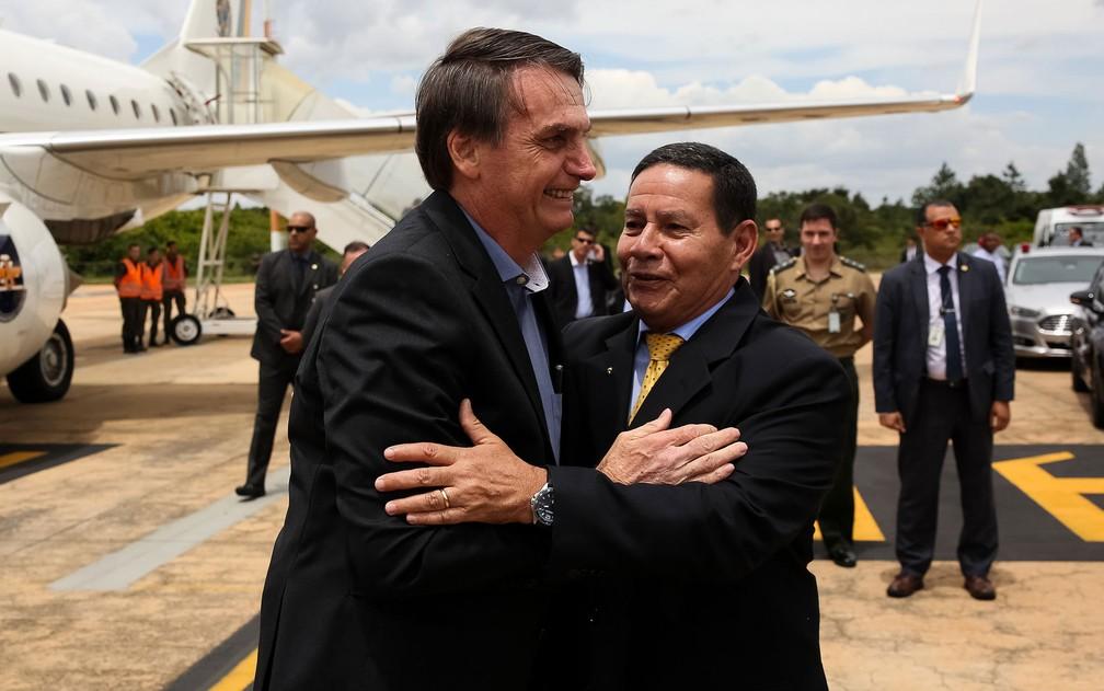 O presidente Jair Bolsonaro é recebido pelo vice, Hamilton Mourão, ao chegar a Brasília — Foto: Marcos Corrêa/PR