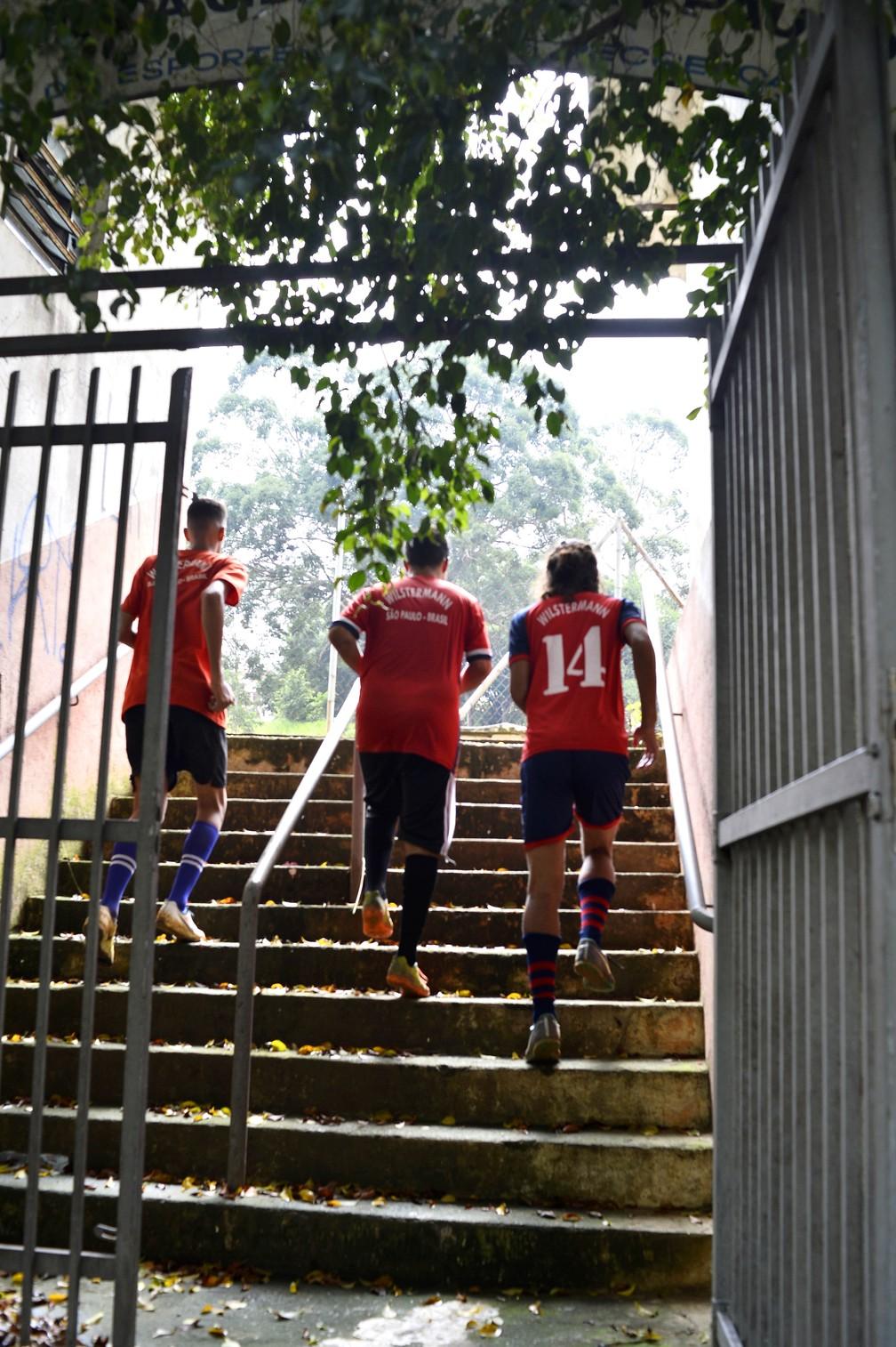 Alunos chegam para treino no projeto do Jorge Wilstermann no Jardim Têxtil — Foto: Marcos Ribolli