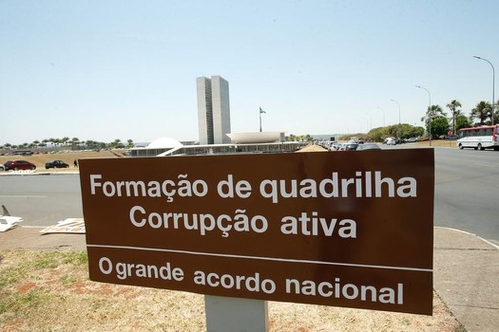 Em meio a investigações de corrupção, placa de sinalização do Congresso Nacional, em Brasília, é vista com mensagem de protesto (Foto: Dida Sampaio/Estadão Conteúdo)