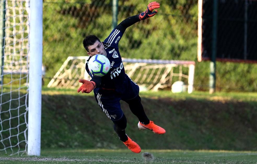 Tiago Volpi, do São Paulo, diz que vai ficar no clube ao menos até o final do ano — Foto: Rubens Chiri / saopaulofc.net