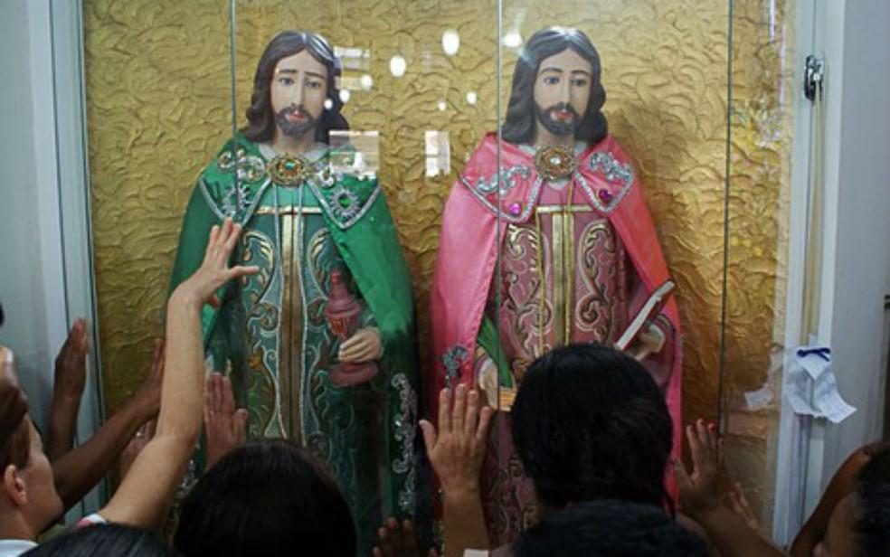 Fiéis louvam a São Cosme e Damião na paróquia da Liberdade — Foto: Egi Santana/G1