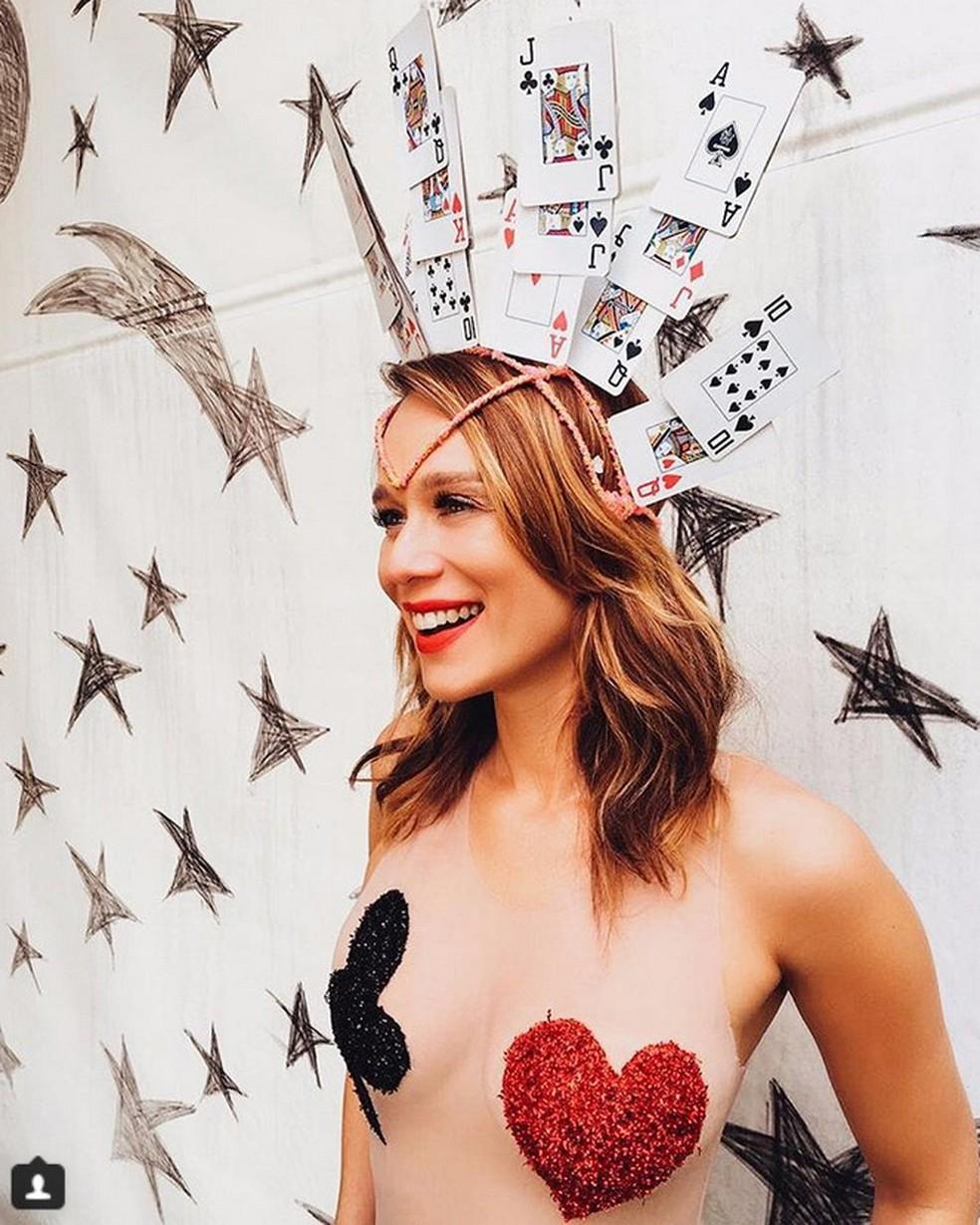 A atriz Mariana Ximenes usou body que simula adesivo nos seios para curtir a folia (Foto: Reprodução/Instagram/Mariana Ximenes)