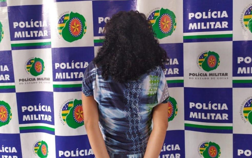 Adolescente de 16 anos foi apreendida suspeita de agredir o filho, em Goiânia — Foto: Polícia Militar/Divulgação