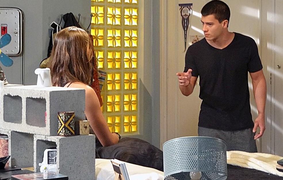 Duca (Arthur Aguiar) e Nat (Maria Joana) discutem por causa de Alan (Diego Amaral) - 'Malhação Sonhos' — Foto: Globo