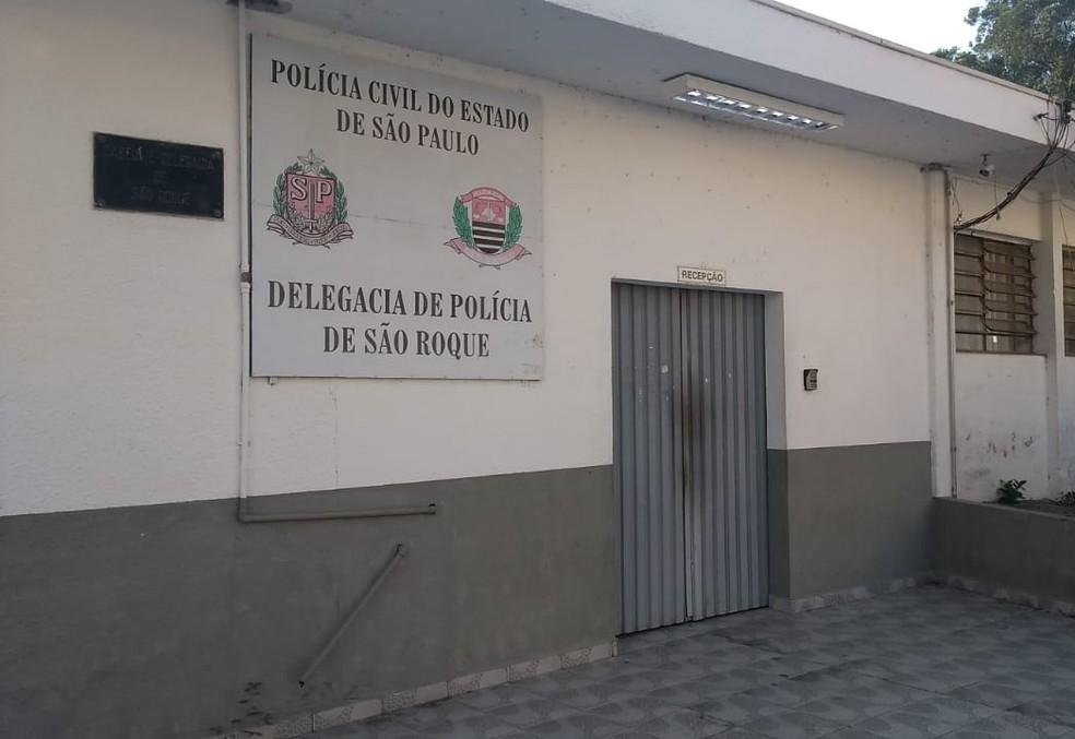 Caso de jovem suspeita de torturar e matar o irmão de 5 anos foi registrado na delegacia de São Roque — Foto: Carolina Abelin/TV TEM