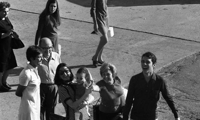 Chico Buarque com Marieta Severo e a filha, Silvia, na pista de pouso no Galeão