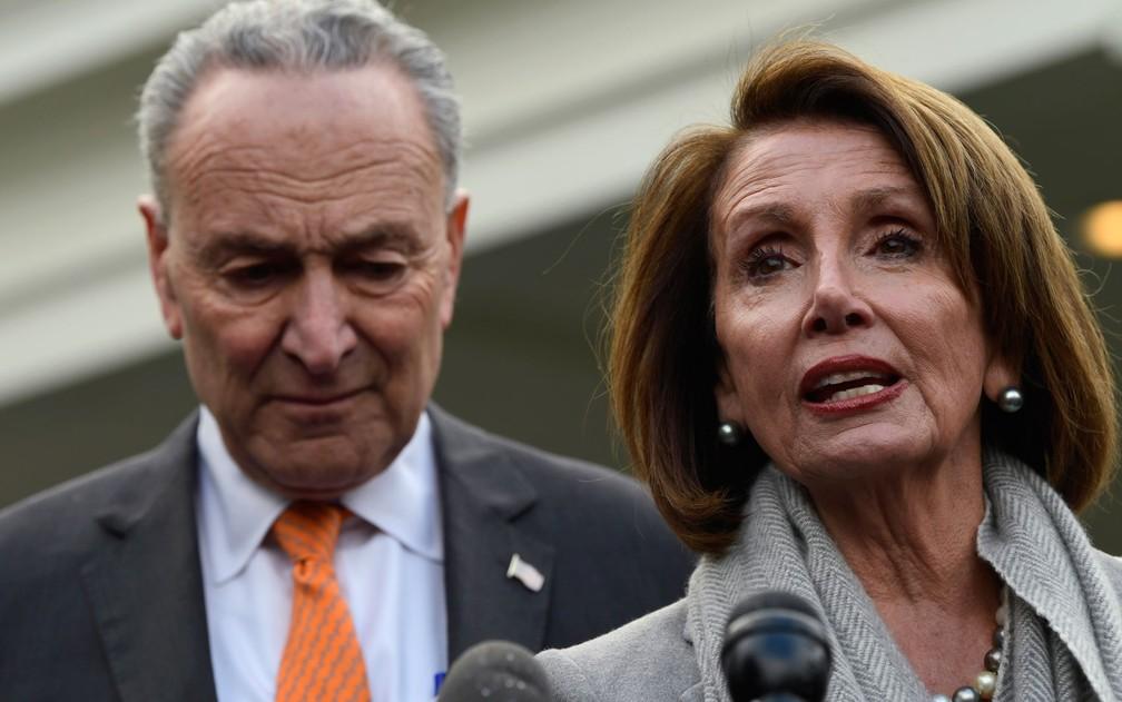 A presidente da Câmara, Nancy Pelosi, e o líder democrata no Senado, Chuck Schumer, falam com jornalistas após encontro com Donald Trump na Casa Branca, na quarta-feira (9) — Foto: AP Photo/Susan Walsh