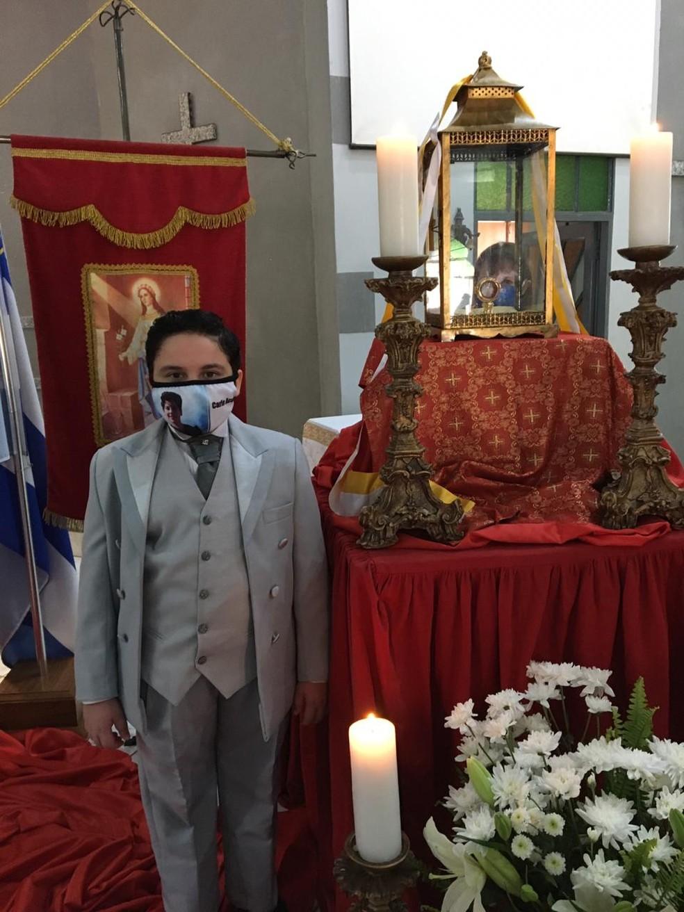 Estudante que recebeu milagre usou roupa de gala para acompanhar beatificação de Carlo Acutis — Foto: Luciana Lins/Arquivo Pessoal