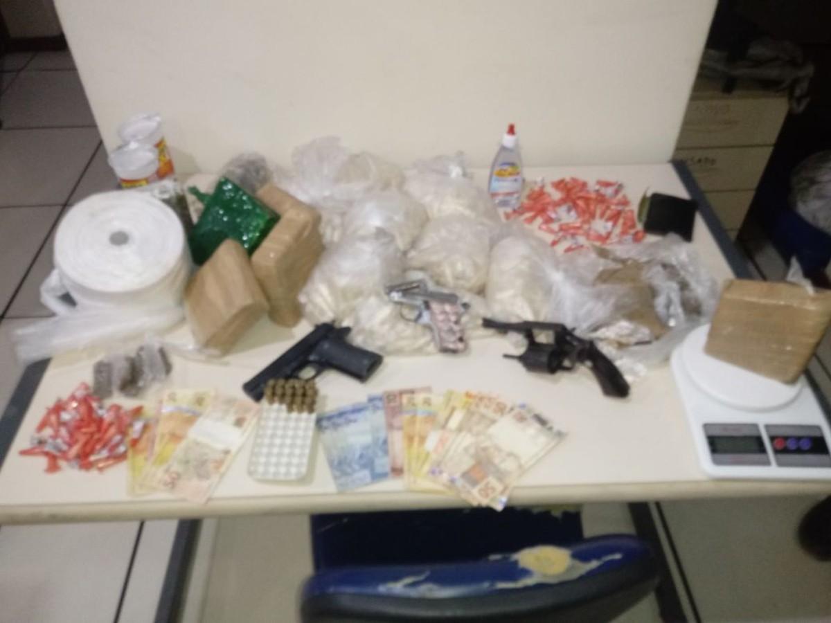 Cinco suspeitos são detidos com armas, munições e drogas em Saquarema, no RJ