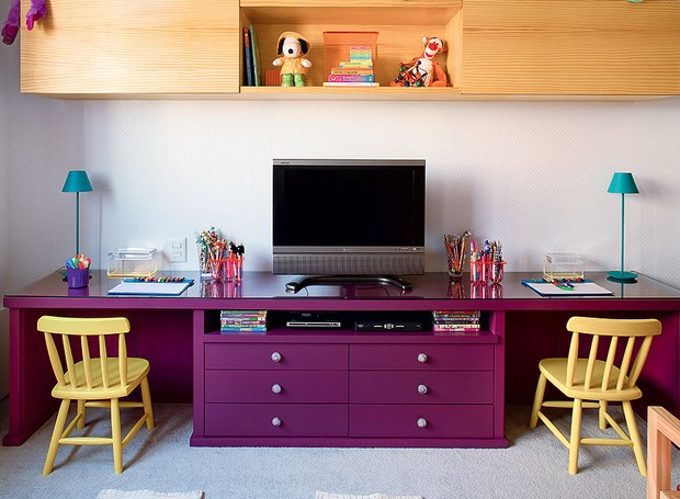 A base de uma antiga estante virou rack e escrivaninha no quarto das crianças. O acabamento é em laca (Foto: Foto: Edu Castello / Editora Globo)