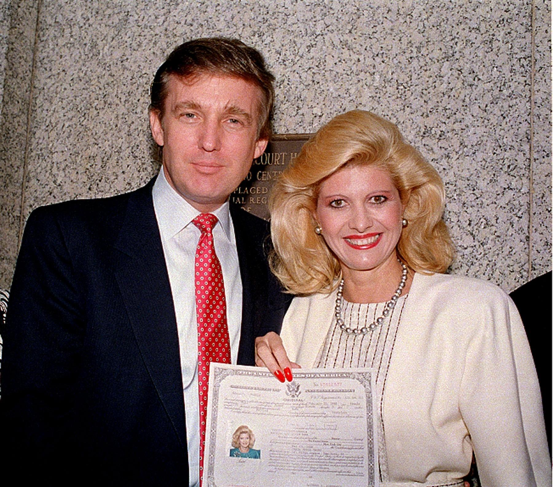 Donald Trump e sua primeira mulher, Ivana, no dia em que adquiriu cidadania americana, em 1988 (Foto: AP)