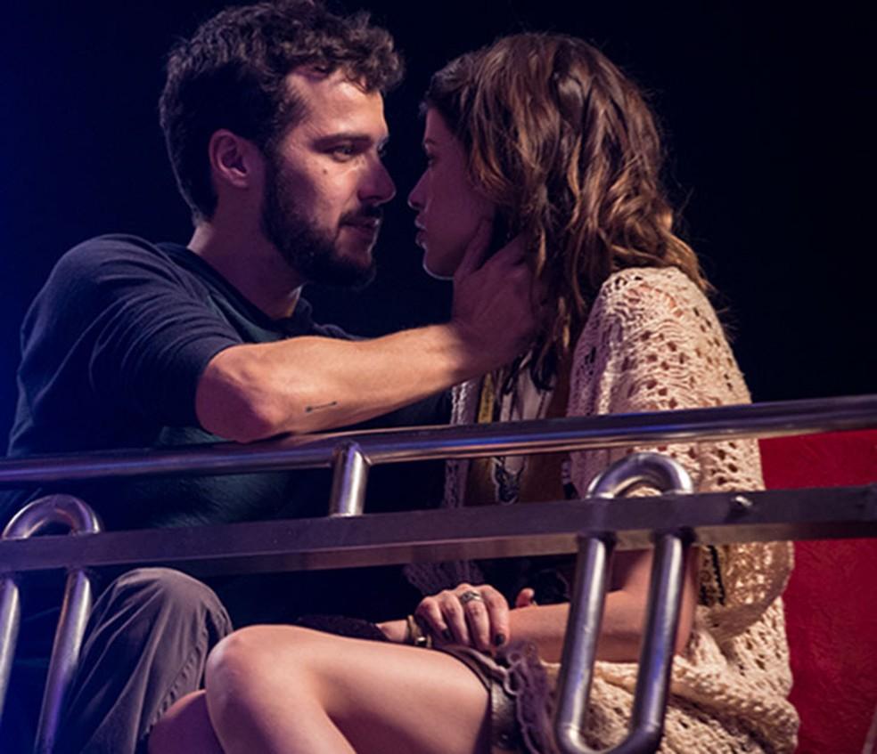 Giovanni (Jayme Matarazzo) e Camila (Agatha Moreira) se beijam pela primeira vez - 'Haja Coração' — Foto: Fabiano Battaglin/Gshow