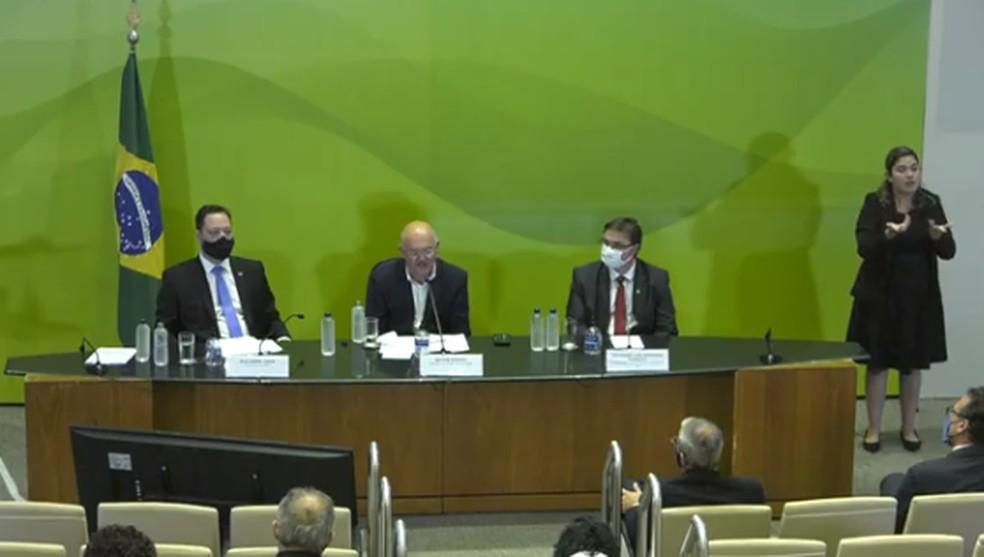 Alexandre Lopes (à esq) e Milton Ribeiro (centro) durante apresentação do balanço do Enem 2020. — Foto: Reprodução/YouTube