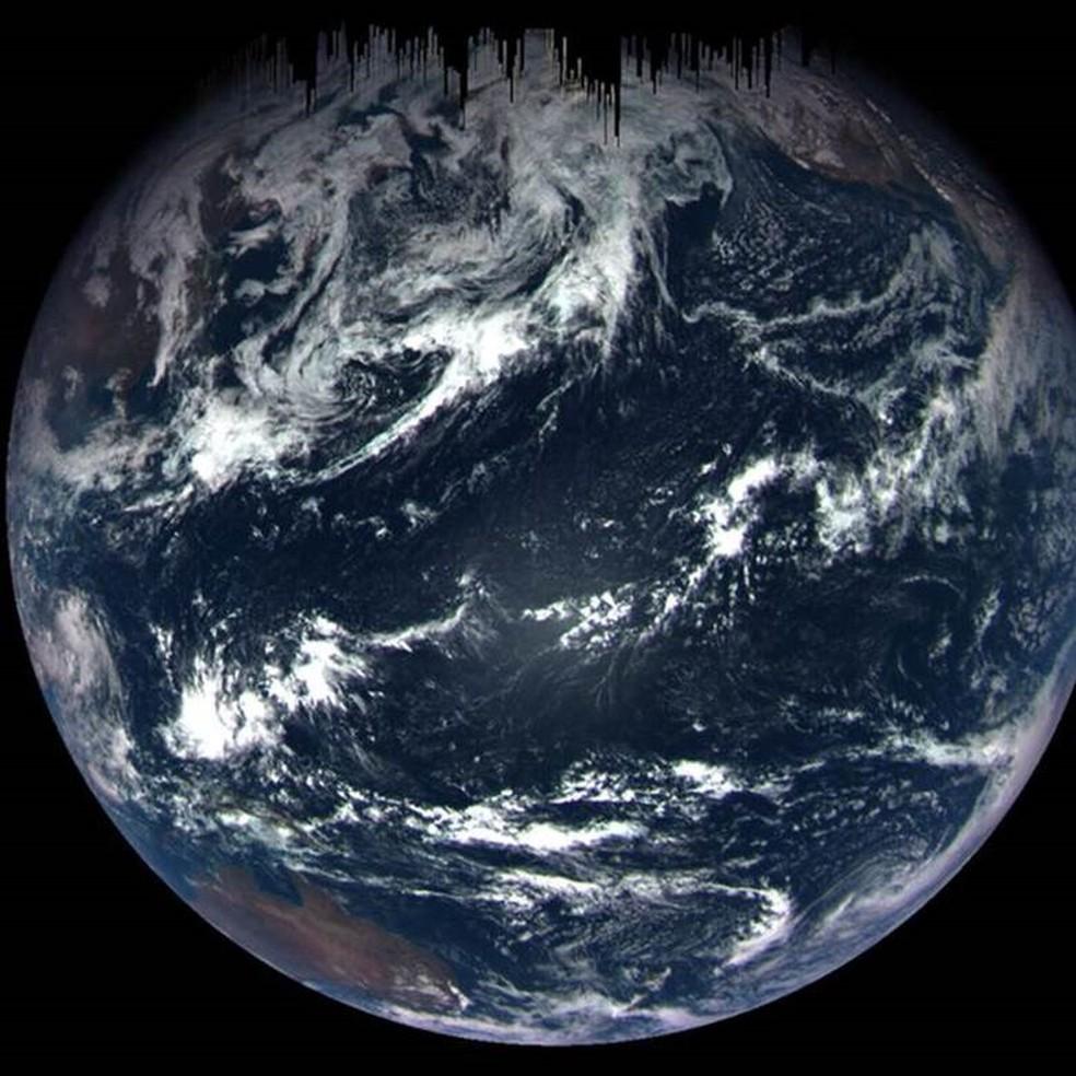 Entre nuvens turbulentas e mar azul profundo, você pode ver a Austrália, a costa oeste dos Estados Unidos e o México. A nave espacial tirou a foto sobre o Oceano Pacífico a uma distância de cerca de 170 mil quilômetros (Foto: Nasa)