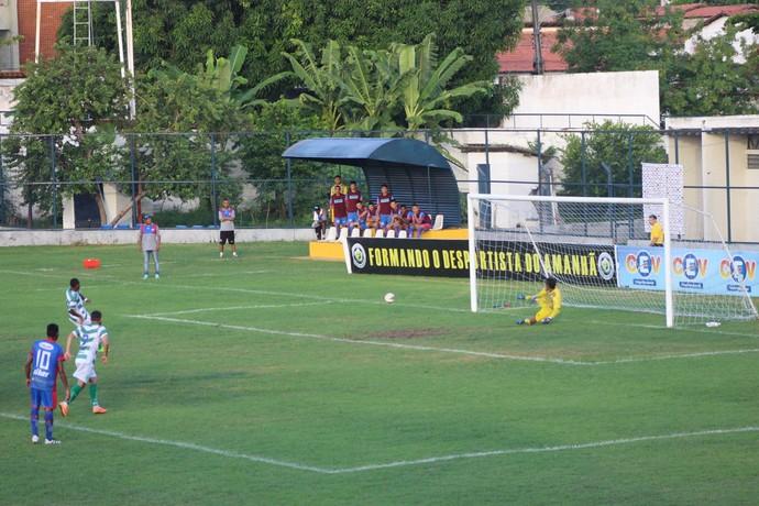 Altos x Piauí - Pênalti de Joelson (Foto: Wenner Tito)