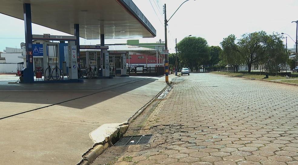 Postos de gasolina podem funcionar em Batatais (SP) durante confinamento contra Covid. No entanto, lojas de conveniência devem fechar. — Foto: Marcelo Moraes/EPTV