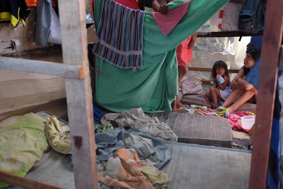 Barraco construído dentro de abrigo tem dez pessoas da mesma família (Foto: Inaê Brandão/G1 RR)