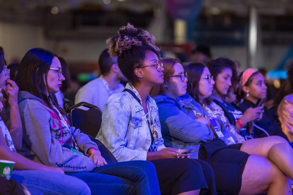 Público tem mulheres em peso para assistir a painel sobre empoderamento feminino na tecnologia, no palco principal da Campus Party 2019 — Foto: Fábio Tito/G1