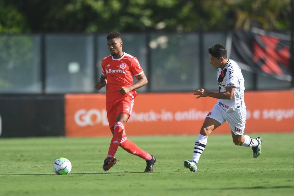 Lucas Ribeiro, em ação pelo Inter contra o Vasco — Foto: Ricardo Duarte/Divulgação Inter